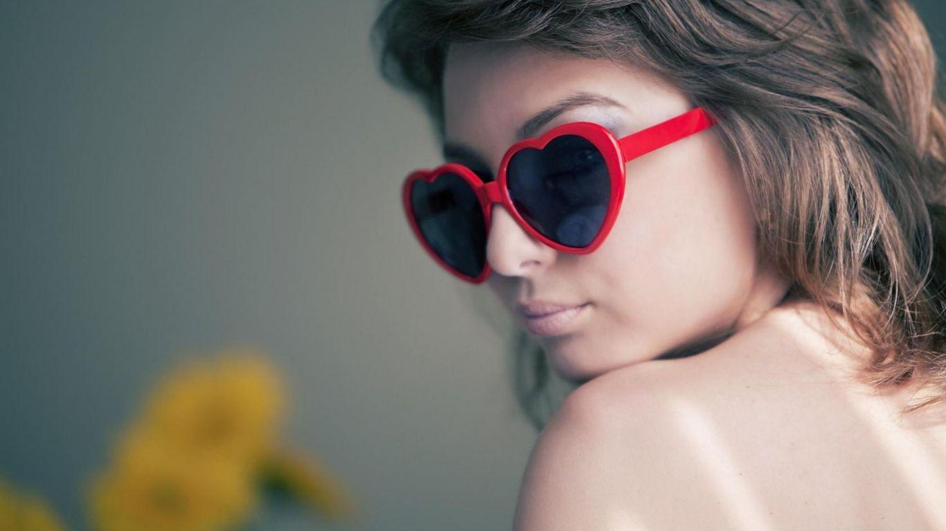 Фото девушек в очках для солнца с челкой фото
