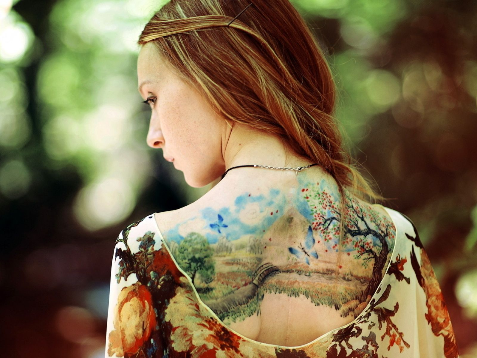 Фото девушек с татуировкой на природе