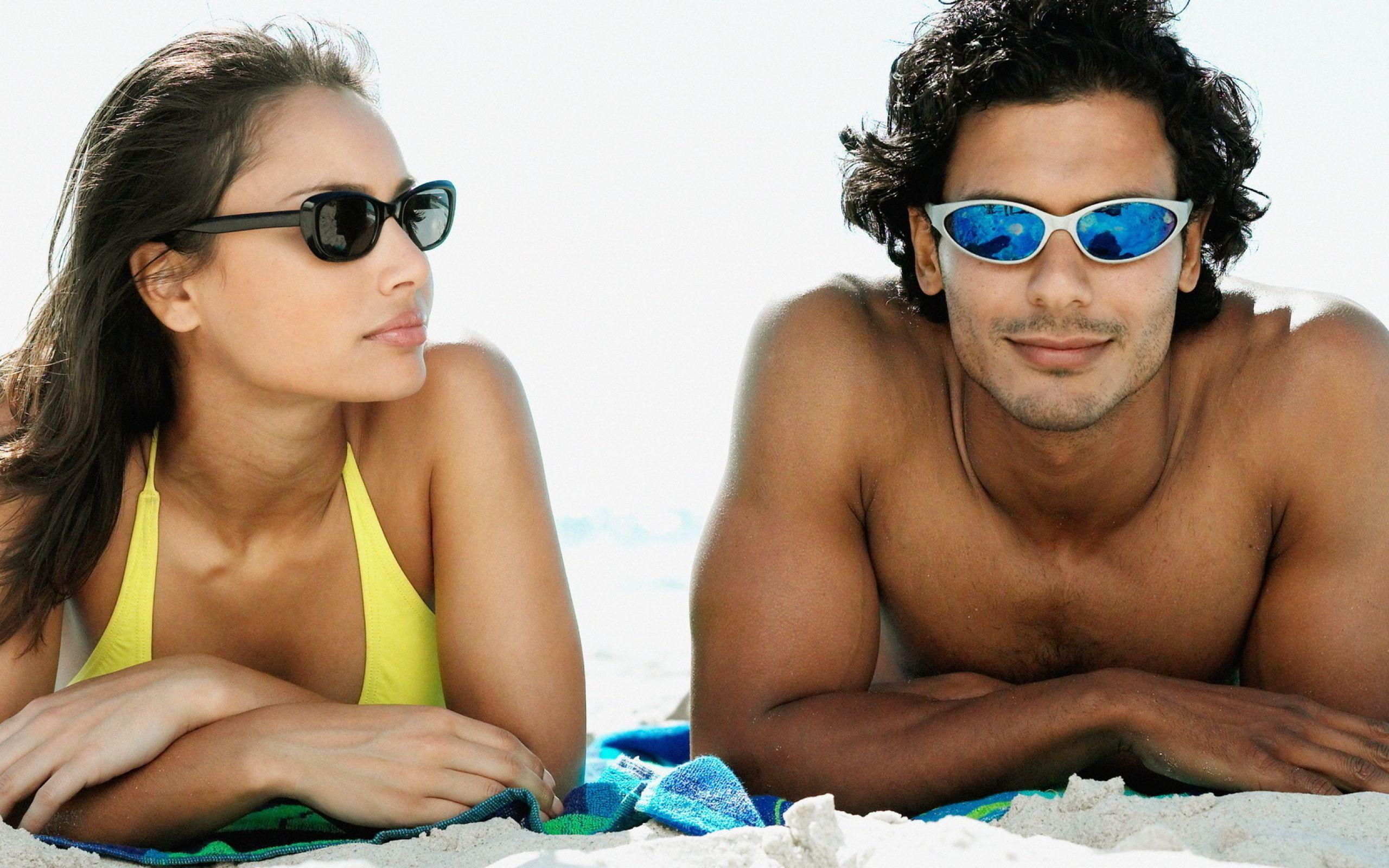 Юноши и девушки на пляже 10 фотография